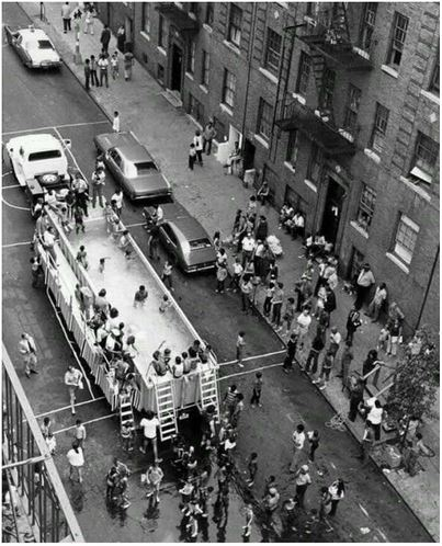 Un piscine mobile parcourant les rues de New York, 1960